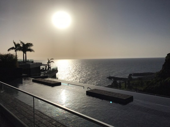 Portugal - Calheta - Sundowner am Pool