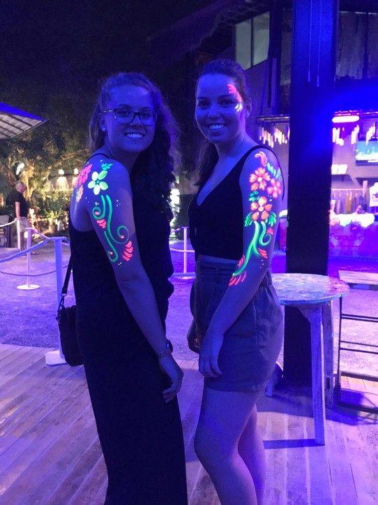 Thailand - Amphoe Kathu - Bodypainting an der Full Moon Party