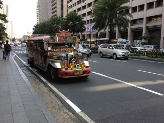 Philippinen - Manila - The Jeppneys are the unofficial busline of Manila